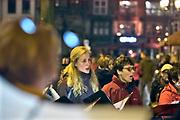 Nederland, Nijmegen, 21-2-2019In Nijmegen werd het vergissingsbombardement van 75 jaar geleden in 1944 herdacht. Langs de zgnd. brandgrens van de binnenstad stonden tientallen koren en musici die tussen 20.00 uur en 20.15 uur het muziek brachten. Ook bij de honderden met kaarsjes verlichte naamplaatjes die in de straten ingelegd zijn stonden verwanten met soms een foto van hun omgekomen familielid.Foto: Flip Franssen