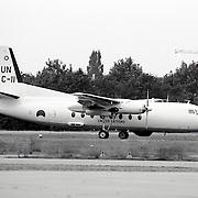 NLD/Soesterberg/19930821 - Gewonde Bosniers uit Sarajevo op vliegveld Soesterberg met een F28 van de UN