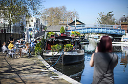 © Licensed to London News Pictures. 19/04/2018. London, UK. People lunch outside at a canal boat cafe in Little Venice in West London as parts of the UK are enjoying high unseasonal April temperatures. Photo credit: Ben Cawthra/LNP