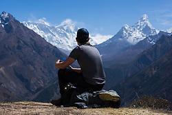 """THEMENBILD - Wanderer blickt auf den Mount Everest (8848 m, links) und auf die Ama Dablam (6814 m, rechts). Wanderung im Sagarmatha National Park in Nepal, in dem sich auch sein Namensgeber, der Mount Everest, befinden. In Nepali heißt der Everest Sagarmatha, was übersetzt """"Stirn des Himmels"""" bedeutet. Die Wanderung führte von Lukla über Namche Bazar und Gokyo bis ins Everest Base Camp und zum Gipfel des 6189m hohen Island Peak. Aufgenommen am 11.05.2018 in Nepal // Trekkingtour in the Sagarmatha National Park. Nepal on 2018/05/11. EXPA Pictures © 2018, PhotoCredit: EXPA/ Michael Gruber"""