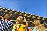 Nederland, Nijmegen, 18-7-7-2017Bloemenregen vanaf de Waalbrug naar het feestterrein van de Kaaij. Symbolisch saluut voor vrede en liefde .Recreatie, ontspanning, cultuur, dans, theater en muziek in de binnenstad. Onlosmakelijk met de vierdaagse, 4daagse, zijn in Nijmegen de vierdaagse feesten, de zomerfeesten. Talrijke podia staat een keur aan artiesten, voor elk wat wils. Een week lang elke avond komen ruim honderdduizend bezoekers naar de stad. De politie heeft inmiddels grote ervaring met het spreiden van de mensen, het zgn. crowd control. De vierdaagsefeesten zijn het grootste evenement van Nederland en verbonden met de wandelvierdaagse.Diverse locaties Zomerfeesten, vierdaagsefeesten.De KaaijFoto: Flip Franssen