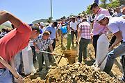 Bosnie, Potocari / Srebrenica, 11-7-2015 Jaarlijkse herdenking en collectieve begrafenis van de laatst geidentificeerde slachtoffers van de massamoord in 1995. Nabestaanden nemen afscheid van hun geliefden. De nieuwe graven liggen verspreid op het grote en indrukwekkende terrein. hoogwaardigheidsbekleders uit verschillende landen en organisaties hielden in de fabriek een bijeenkomst. Ook oud president Clinton en minister Koenders deden hun zegje. Daarna gingen ze naar de begraafplaats waar de Servische president overhaast het terrein moest ontvluchten vanwege de woedende menigte. Na de islamitische ceremonie werden de kisten begraven. Annual gathering at Potocari burial site of Srebrenica massacre. Srebrenica genocide was the killing of more than 8000 Bosniaks, mainly men and boys around the town of Srebrenica during the Bosnian War. Foto: Flip Franssen