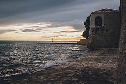 THEMENBILD - leere Strandumgebung bei Sonnnenuntergang, aufgenommen am 03. Juli 2020 in Novigrad, Kroatien // empty beach area at sunset, in Novigrad, Croatia on 2020/07/03. EXPA Pictures © 2020, PhotoCredit: EXPA/ Stefanie Oberhauser