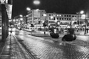 Nederland, Nijmegen, 10-12-1981Plein 44 in het centrum van de stad bij avond in het donker, bij nacht, kijkrichting Augustijnenstraat en Grote Markt . .Foto: Flip Franssen