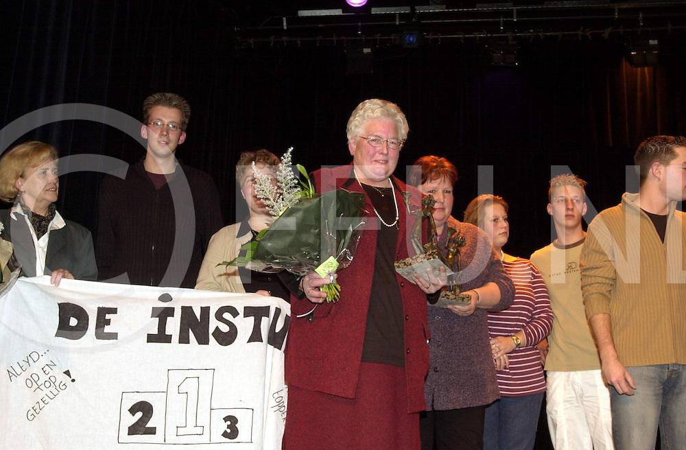 """fotografie frank uijlenbroek©2001 frank uijlenbroek.011207 nijverdal ned.Verkiezing vrijwilliger van het jaar..foto: mevr. De Jonge-Faber (vrijwillgster v/h jaar) en de groep """"De instuif"""" die de groepsprijs won."""
