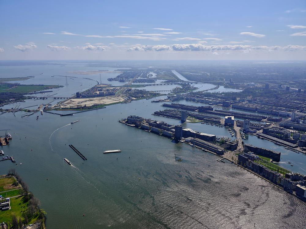 Nederland, Noord-Holland, Amsterdam; 16-04-2021; overzicht van het IJ richting Oranjesluizen en Zeeburgereiland. Rechts Java-eiland, Verbindingsdam en KNSM-eiland. Buiten-IJ en IJburg in het verschiet.<br /> Overview of the IJ towards Oranjesluizen and Zeeburgereiland. On the right Java island, Verbindingsdam and KNSM island. Buiten-IJ and IJburg in the distance.<br /> <br /> luchtfoto (toeslag op standard tarieven);<br /> aerial photo (additional fee required)<br /> copyright © 2021 foto/photo Siebe Swart
