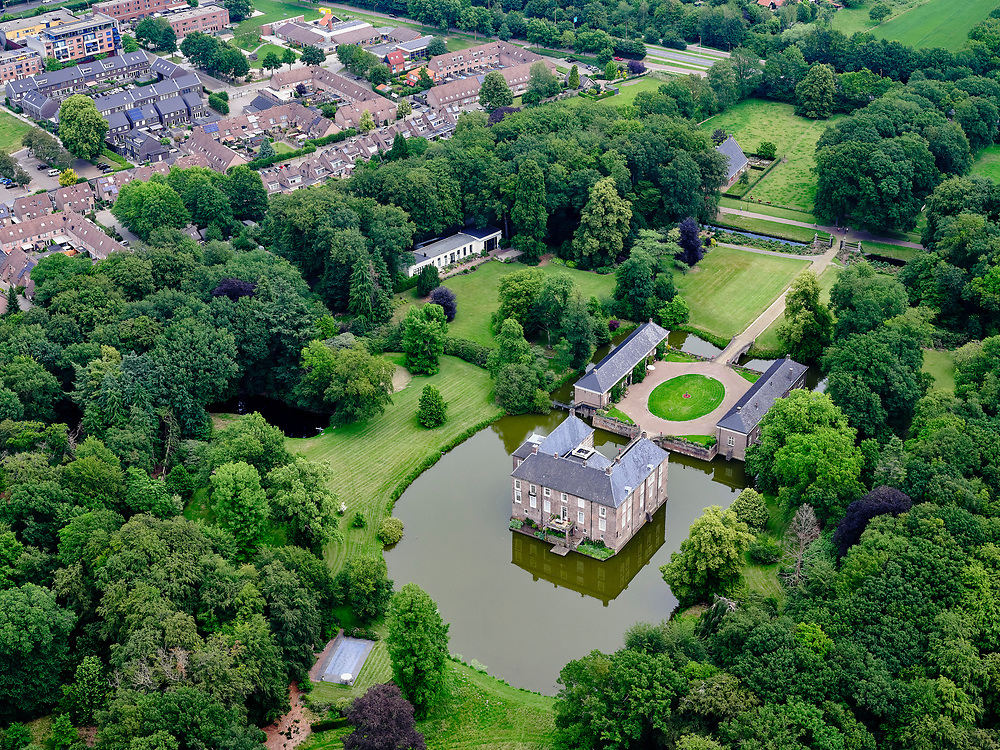 Nederland, Overijssel, Gemeente Almelo; 21–06-2020; Landgoed Huize Almelo met Huis Almelo. Kasteel of havezate is eigendom van de familieVan Rechteren Limpurg.<br /> Country estate Huize Almelo with Manor house Almelo. Castle is owned by the Van Rechteren Limpurg family.<br /> <br /> luchtfoto (toeslag op standaard tarieven);<br /> aerial photo (additional fee required)<br /> copyright © 2020 foto/photo Siebe Swart
