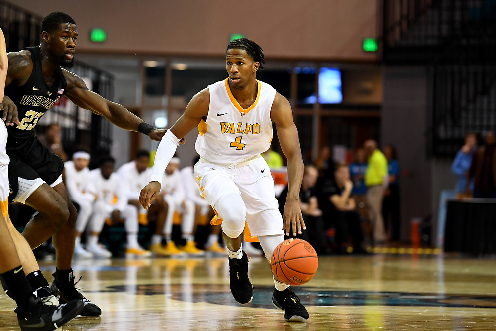 Conway, SC - November 18, 2018 - HTC Center: Bakari Evelyn (4) of the of the Valparaiso University Crusaders during the 2018 Myrtle Beach Invitational.<br /> (Photo by Joe Faraoni / ESPN Images)