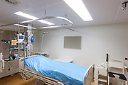 Een isolatiekamer voor patiënten met besmettelijke ziekten in het calamiteitenhospitaal in Utrecht. Met een webcam kan contact worden gemaakt met het thuisfront. Bij het calamiteitenhospitaal in Utrecht worden slachtoffers van grote rampen als eerste behandeld. Afhankelijk van de ernst van de verwonding, wordt het slachtoffer ingedeeld in rood, geel of groen. Het hospitaal is uniek in Europa en is gevestigd in de voormalige atoombunker onder het UMC Utrecht.<br /> <br /> The isolation room, for patient with infectious diseases, at the trauma and emergency hospital.  At the basement of the UMC Utrecht a special hospital for emergency and major incidents is based. Patients are being labelled by number and depending on the injuries they will be transported to the zone red, yellow or green.
