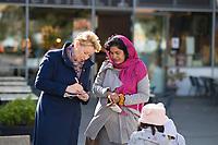 Berlin, 24.09.2021: Franziska Giffey, Kandidatin der SPD für das Amt der Regierenden Bürgermeisterin von Berlin, im Gespräch mit einer Bürgerin am Tierpark-Center in Lichtenberg.