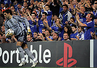 Photo: Paul Thomas.<br /> Chelsea v Barcelona. UEFA Champions League, Group A. 18/10/2006.<br /> <br /> Hilario the new Chelsea keeper is clapped by his fans (R).