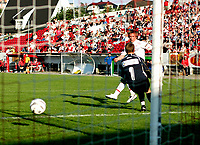 FOTBALL 15. juni 2005 3. runde i cupen - FREDRIKSTAD - SANDEFJORD<br /> Trond Erik Bertelsen FFK scorer 2-0 målet, Sandefjordkeeperen Skule Nottø må bare se at han ikke kan gjøre noe<br /> FOTO KURT PEDERSEN / DIGITALSPORT