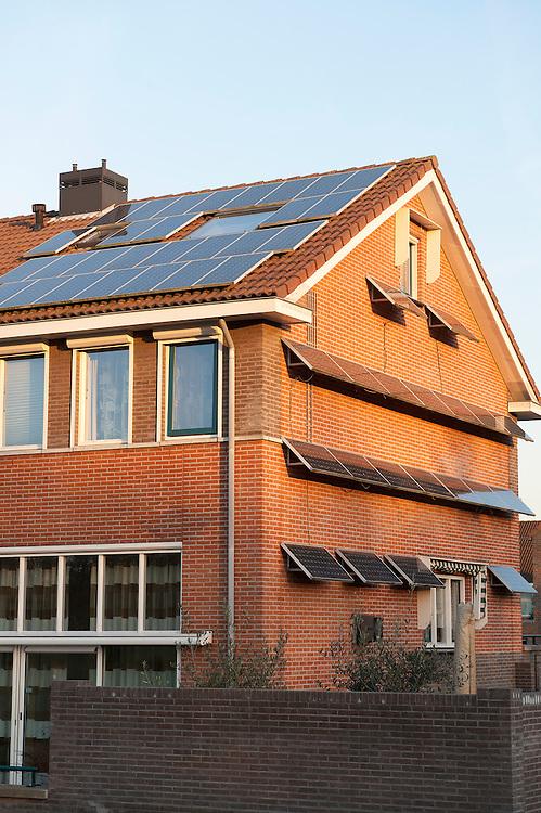 Nederland,  Rotterdam, 28 nov 2011.Huis met zeer veel zonnepanelen op het dak en aan de gevel..Foto(c): Michiel Wijnbergh