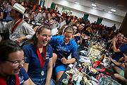 De prijsuitreiking op de laatste avond. In Battle Mountain (Nevada) wordt ieder jaar de World Human Powered Speed Challenge gehouden. Tijdens deze wedstrijd wordt geprobeerd zo hard mogelijk te fietsen op pure menskracht. De deelnemers bestaan zowel uit teams van universiteiten als uit hobbyisten. Met de gestroomlijnde fietsen willen ze laten zien wat mogelijk is met menskracht.<br /> <br /> In Battle Mountain (Nevada) each year the World Human Powered Speed Challenge is held. During this race they try to ride on pure manpower as hard as possible.The participants consist of both teams from universities and from hobbyists. With the sleek bikes they want to show what is possible with human power.