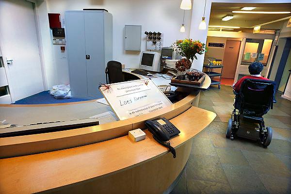 Nederland, Nijmegen, 20-4-2008..In een verzorgingshuis, verpleeghuis in Nijmegen is vanwege bezuinigingen op het personeel de balie bij de ingang niet meer bezet. Om 8 uur gaat de deur op slot en kunnen bezoek en bewoners alleen met een toegangspas het gebouw in...Foto: Flip Franssen