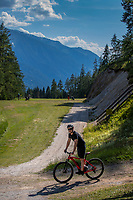 SEEFELD Tirol   Oostenrijk,  -   mountainbike passeert hole 14. Golfclub Seefeld Wildmoos.    COPYRIGHT KOEN SUYK
