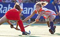 ALKMAAR - Wieke Dijkstra (r) in duel met de Chinese Jiaojiao De, dinsdag tijdens het vierlandentoernooi Rabo Trophy 2010 hockey in Alkmaar  tussen Nederland en China.