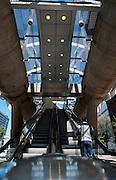 Viaduct van de Randstadrail een openbaar vervoer verbinding tussen Rotterdam en Den Haag bij de Prinses Beatrixlaan, Den Haag, Zuid-Holland - Viaduct of the Randstadrail, a public transport connection between Rotterdam and The Hague , Netherlands