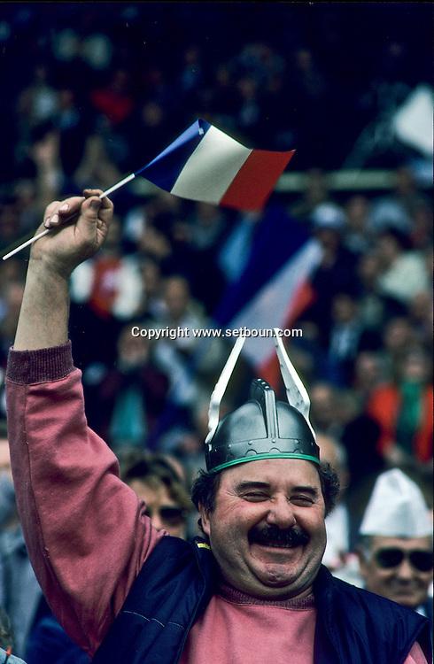 Rightist meeting. A partisan of Le Pen wearing the famous gallic helmet.  Marseille  France     Meeting de le Pen. Un manifestant au casque Gaulois  Marseille  France   R00015/68    L2846  /  P0004072