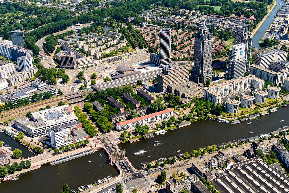 Nederland, Noord-Holland, Amsterdam, 29-06-2018; Amsterdam-Zuid Rivierenbuurt met Amstel en zicht op Amstelstation, Omval en de Berlagebrug. Onder in beeld Remise Lekstraat (GVB).<br /> South-Amsterdam, well to do neigborhood Rivierenbuurt.<br /> <br /> luchtfoto (toeslag op standard tarieven);<br /> aerial photo (additional fee required);<br /> copyright foto/photo Siebe Swart
