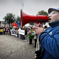 Nederland, Amsterdam , 8 oktober 2014.<br /> De Federatie van Koerden Nederland voert actie voor het Centraal Station tegen IS (Islamitische Staat) en vraagt Nederlandse aandacht en steun voor de Koerden in de getroffen gebieden van Irak en Syrie en met name om de toestand in Kobani vlakbij de Turkse grens.<br /> Ook protesteren ze tegen de Turkse premier Erdogan, die volgens de Koerden te weinig of niks doet om de Koerden te beschermen tegen de strijders van de Islamitische Staat bij de grensgebieden met Turkije<br /> Foto:Jean-Pierre Jans