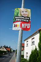 DEU, Deutschland, Germany, Prösen, 22.08.2013:<br />Ein Wahlplakat der rechtsextremen Partei NPD mit der Aufschrift Natürlich Deutsch hängt an einer Laterne im südbrandenburgischen Dorf Prösen.
