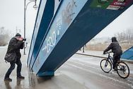03.01.2021 Magdeburg, Sternbrücke, Wenzel Oschington.<br /> <br /> <br /> Der Mann mit der Kamera, er nennt sich seit Jahren Wenzel Oschington, dokumentiert die Kunst und Kulturszene in Magdeburg und jetzt steht er bei nasskalten Wetter auf der Sternbrücke direkt über der Elbe. Der Fotograf Matthias Pavel, selbe Person, dokumentiert seit über 40 Jahren das Leben in seiner Stadt, seine Bilder zur Wendezeit sind Zeitgeschichte. Pavel fotografiert, es ist der erste Schnee seit einem Jahr.<br /> <br /> ©Harald Krieg