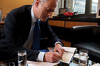 20 JAN 2010, BERLIN/GERMANY:<br /> Peter Ramsauer, CSU, Bundesverkehrsminister, zeichnet auf einer Karte eine Bahnstrecke nach, waehrend einem Interview, in seinem Buero, Bundesministerium fuer Verkehr, Bau und Stadtentwicklung<br /> IMAGE: 20100120-01-025<br /> KEYWORDS: Büro