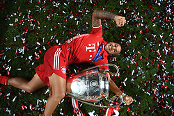 LISBON, PORTUGAL - Sunday, August 23, 2020: FC Bayern Munich's Thiago Alcantara celebrates with the European Cup trophy as Bayern win it for the sixth time after the UEFA Champions League Final between FC Bayern Munich and Paris Saint-Germain at the Estadio do Sport Lisboa e Benfica. FC Bayern Munich won 1-0. (Credit: ©UEFA)