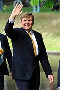 """Koning Willem-Alexander en Koningin Maxima tijdens het streekbezoek aan de achterhoek. Het bezoek staat in het teken van de Achterhoek Agenda 2020, een innovatief voor de toekomst van de Achterhoek dat aansluit op de toekomstvisies van de provincie, de Rijksoverheid en Europa. <br /> <br /> King Willem-Alexander and Queen Maxima visiting the region """"Achterhoek"""". The visit will focus on the Achterhoek Agenda 2020, an innovative for the future of the Achterhoek that meets the future visions of the province, the government and Europe.<br /> <br /> Op de foto / On the photo:  Koning Willem-Alexander in Groenlo / King Willem-Alexander  in Groenlo"""