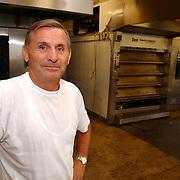 Lucas Kruijmer Huizen in de bakkerij voor de oven