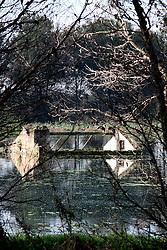 Nel bacino che costeggia la strada è visibile una vecchia costruzione ormai sommersa dalle acque.