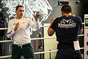 Boxen: Universum Boxpromotion, Training, Hamburg, 16.04.2021<br /> Rostam Ibrahim (GER) mit Promoter Ismail Özen-Otto<br /> © Torsten Helmke