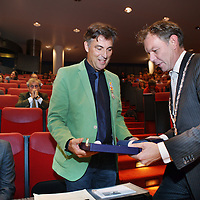 Nederland, Amsterdam , 31 oktober 2013.<br /> Frank Kneepkens, kinderarts krijgt in de Amstelzaal een lintje en bloemen uitegreikt door de burgemeester van Baarn.<br /> Foto:Jean-Pierre Jans