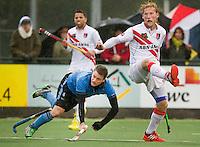 WASSENAAR - HOCKEY - HGC speler  Shea McAleese (l) probeert te scoren    tijdens de hoofdklasse competitiewedstrijd tussen de mannen van HGC en Amsterdam (3-3). rechts Robert Tigges van A'dam .  COPYRIGHT KOEN SUYK