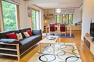 Sweden Hills showroom. I Sweden Hills används ett av husen till visningsexempel där kunderna kan inspireras. Bland annat får de potentiella husägarna veta att husen är miljövänliga och energisnåla. Dessutom har husen tjockare isolering i väggar och golv jämfört med ett japanskt standardhus.