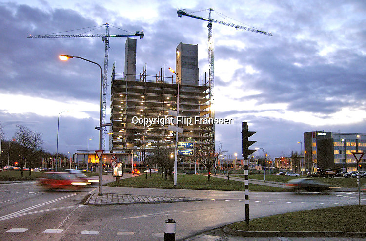 Nederland, Nijmegen, 4-5-2006Op het terrein van NXP, voorheen Philips semiconductors, de fabriek voor halfgeleiders, staat het gebouw 52degrees. Het zal fungeren als onderzoekscentrum, kenniscentrum met nadruk op de regionale, nationale en internationale kenniseconomie. Het project wordt gebouwd door ice en Ballast Nedam. Fabricage chips, halfgeleiders, computerchips, innovatie, onderzoek, kenniseconomie, economie, elektronica. Het is het hoogste gebouw van Nijmegen met 88,5 meter. Fiftytwodegrees, mecanoo architecten, fiftytwo degrees, 52 degrees.Foto: Flip Franssen