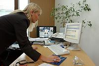 04 JUL 2003, BERLIN/GERMANY:<br /> Martina Krogmann, MdB, CDU, Internetbeauftragte der CDU/CSU Bundestagsfraktion, arbeitet am Computer, in ihrem Abgeordnetenbuero, Jakob-Kaiser-Haus, Deutscher Bundestag<br /> IMAGE: 20030704-01-007<br /> KEYWORDS: Abgeordnetenbüro, Büro, Schreibtisch