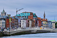 République d'Irlande, Dublin, Le pont de Liffey ou pont Ha'Penny (Half Penny) // Republic of Ireland; Dublin, Liffey or Ha'Penny Bridge (1816) crossing River Liffey