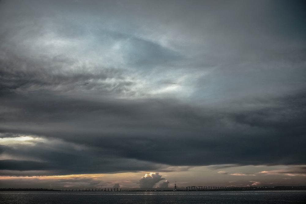 Brazil, Amazonas, rio Negro, Manaus. Construction d'un pont routier de 3500 metres sur le rio Negro. Jusqu'alors, la traversée de l'Amazone se faisait sur des barges.