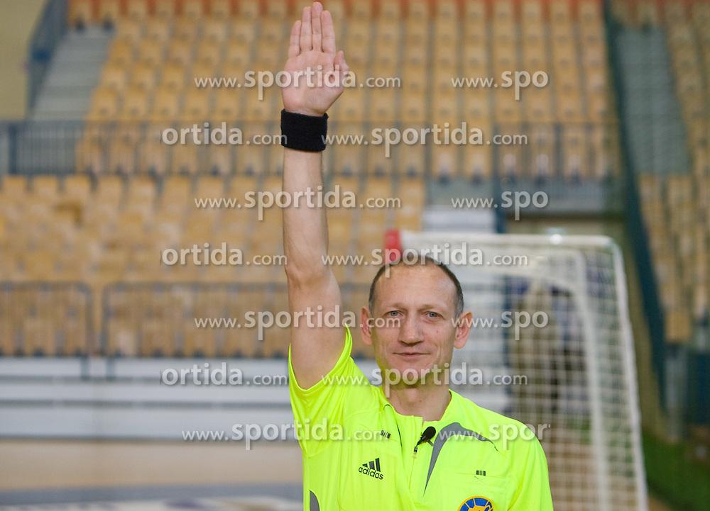 Rokometni sodnik Janko Pozeznik prikazuje sodniski znak za zadetek, 10. aprila 2009, v dvorani Zlatorog, Celje, Slovenija. (Photo by Vid Ponikvar / Sportida)