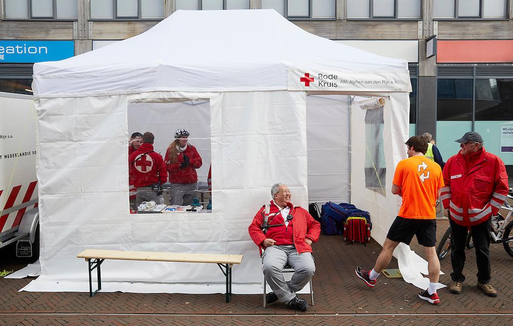 """Alphen aan den Rijn, 6 maart 2016.<br /> Vrijwilligers aan het werk tijdens de """" 20 van Alphen""""<br /> COPYRIGHT MARTIJN BEEKMAN / RODE KRUIS"""