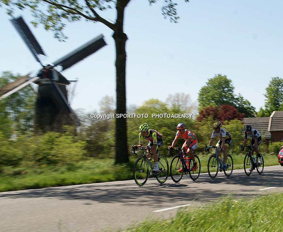 08-05-2016: Wielrennen: Giro: Arnhem <br /> ARNHEM (NED) wielrennen <br /> De tweede etappe van de voerde het peloton door de over Betuwe en de Liemers. sfeer peloton kopgroep