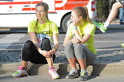 12.04.2015, Wien, AUT, Vienna City Marathon 2015, im Bild zwei Läuferinnen bei ihren Startvorbereitungen, Feature // during Vienna City Marathon 2015, Vienna, Austria on 2015/04/12. EXPA Pictures © 2015, PhotoCredit: EXPA/ Gerald Dvorak