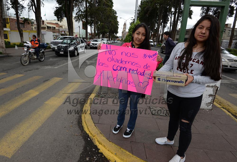 TOLUCA, México.- (Septiembre 22, 2017).- Varios jóvenes se dieron a la tarea de salir a las calles para pedir ayuda a los peatones y automovilistas, ya sea a cambio de un abrazo, un dulce o alguna otra cosa, para los damnificados por el sismo del 19 de septiembre. Agencia MVT / Crisanta Espinosa.
