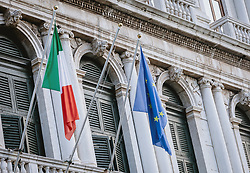THEMENBILD - die Fahne von Italien und der Europäischen Union (EU) an einer Hausfassade, aufgenommen am 05. Oktober 2019 in Venedig, Italien // the flag of Italy and the European Union (EU) on a house façade, in Venice, Italy on 2019/10/05. EXPA Pictures © 2019, PhotoCredit: EXPA/Stefanie Oberhauser