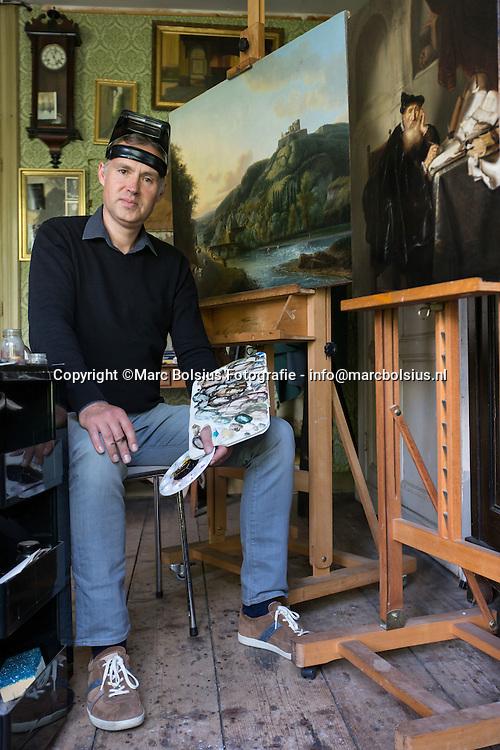 Nederland, Den Bosch, schilderij restaurateur Michel van de Laar voor het stadsinterview in zijn atelier in de St Jorisstraat