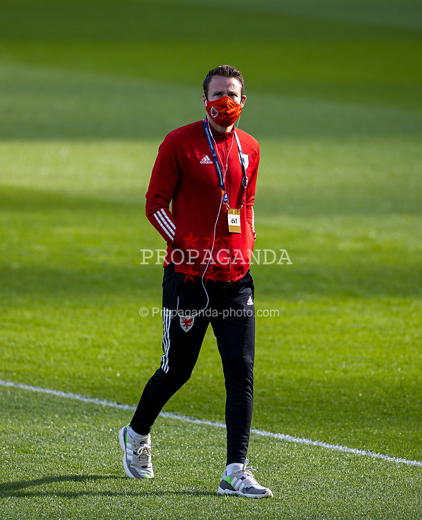 DUBLIN, REPUBLIC OF IRELAND - Sunday, October 11, 2020: Wales' Chris Gunter, wearing a face mask, before the UEFA Nations League Group Stage League B Group 4 match between Republic of Ireland and Wales at the Aviva Stadium. The game ended in a 0-0 draw. (Pic by David Rawcliffe/Propaganda)
