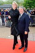 Feestelijke bijeenkomst t.g.v. 70ste verjaardag prof.mr. Pieter van Vollenhoven in het Beatrixtheater in Utrecht / Celebration of the 70th birthday of prof.mr. Pieter van Vollenhoven in the Beatrixtheatre in Utrecht.<br /> <br /> On the photo:<br /> <br />  Oger Lusink en partner