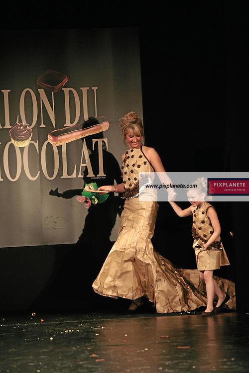 Katherine Cooley et la petite Chiara (mention obligatoire :) Salon du Chocolat - Maquillage / Coiffure Lucie Saint-Clair - Paris, le 18/10/2007 - JSB / PixPlanete